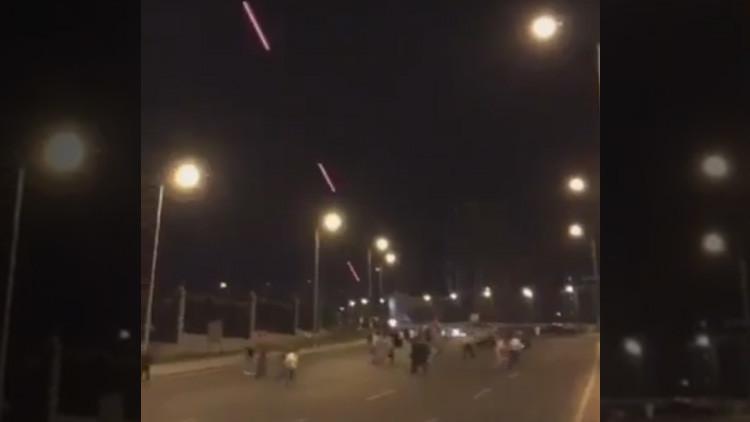 Video: La gente escapa presa del pánico de los disparos de un helicóptero en Ankara