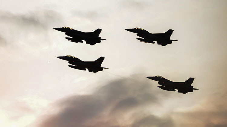 """Primer ministro de Turquía: """"Cualquier avión que sobrevuele el país será derribado"""""""