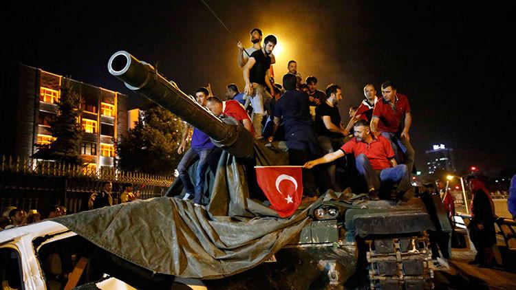 Oficiales turcos confirman que han logrado detener el golpe militar