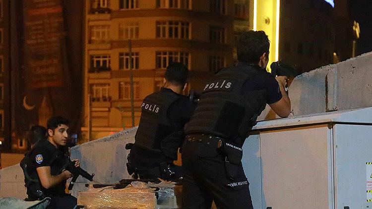 Turquía: Soldados golpistas entran en los estudios de CNN Turk en vivo y toman rehenes