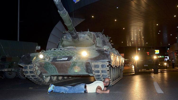 Ecos de Tiananmén en una imagen icónica del levantamiento popular frente al golpe en Turquía
