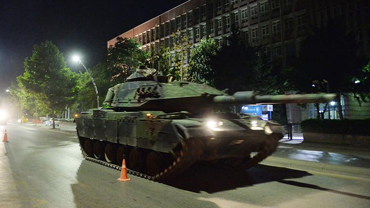 FUERTES IMÁGENES (+18): Un tanque embiste y atropella a civiles en Turquía