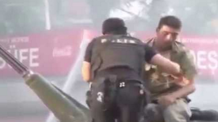 VIDEO: Un policía turco saca de un tanque a un militar golpista y lo salva de la multitud enfurecida