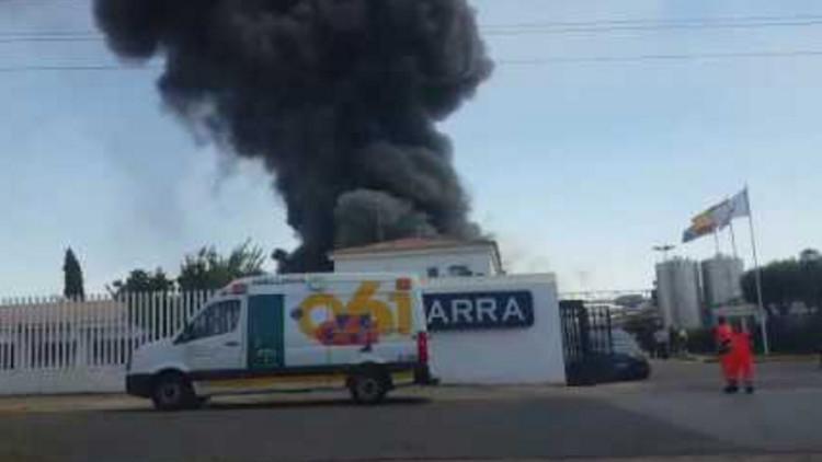 España: Fuerte incendio en una fábrica en Sevilla (video)