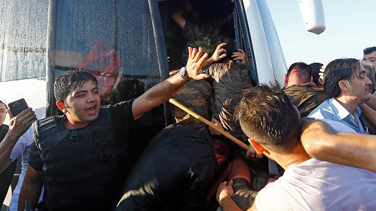 Un policía protege de la multitud a un grupo de soldados implicados en la intentona golpista en Estambul, Turquía, el 16 de de julio de 2016.