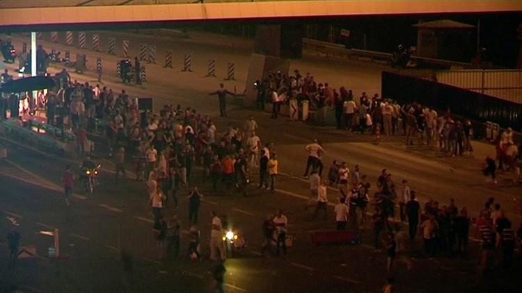 Video: Momento en que los golpistas abren fuego contra civiles en el puente del Bósforo
