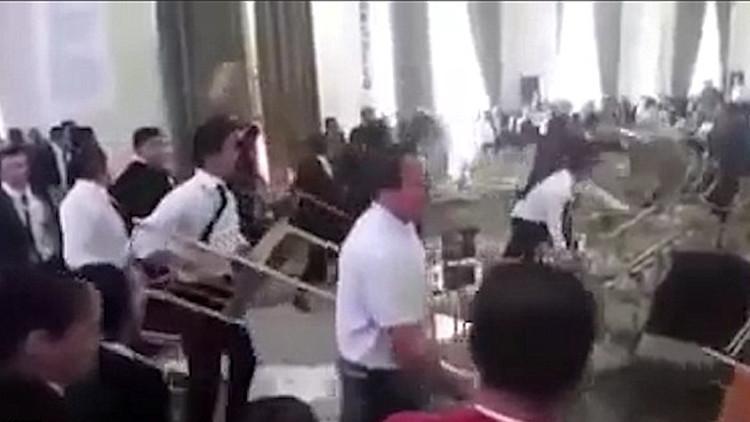Video: Se produce una riña 'épica' con sillas en un congreso de profesores en México
