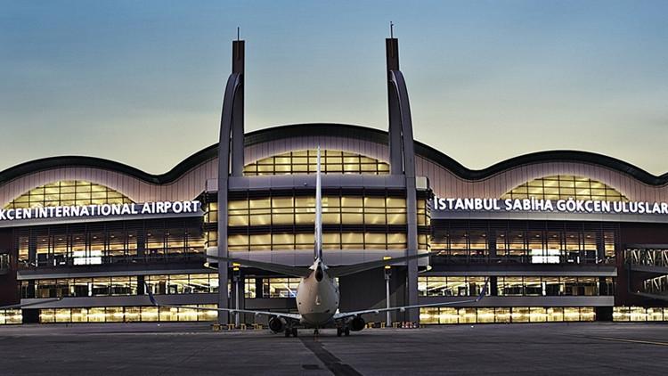 Se reporta un tiroteo entre la Policía y militares golpistas en un aeropuerto de Estambul
