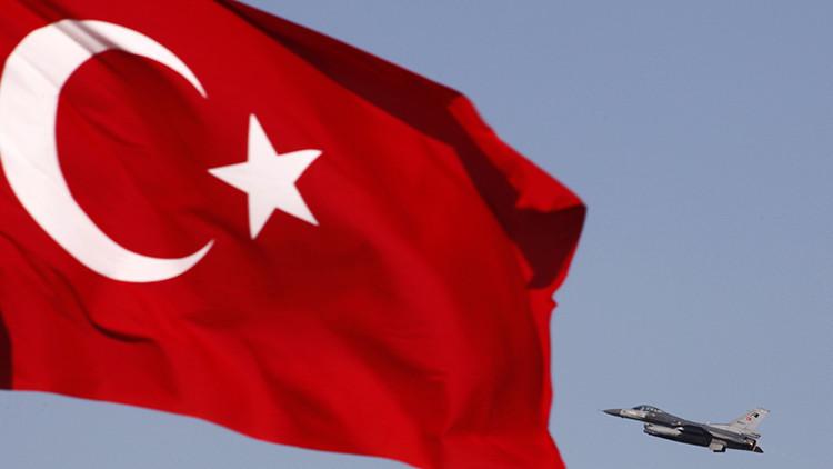 Policías y golpistas se enfrentan en una base aérea de Turquía