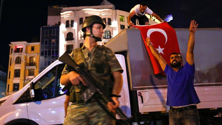 Video: Los líderes del fallido intento de golpe en Turquía aparecen magullados ante las cámaras