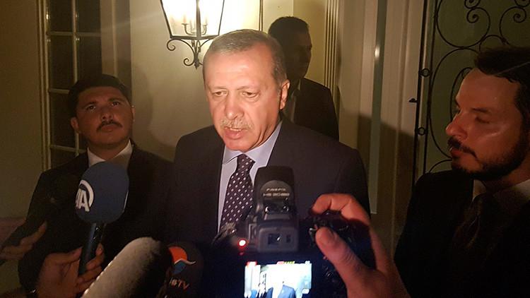 El presidente turco, Recep Tayyip Erdogan, habla con la prensa en la ciudad turística de Marmaris, Turquía, el 15 de julio de 2016.