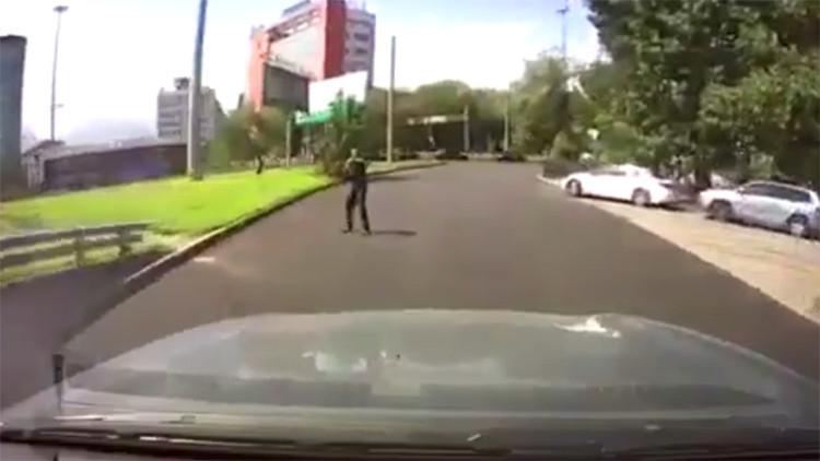 VIDEOS: Graban por casualidad a un hombre con un fusil de asalto en Kazajistán