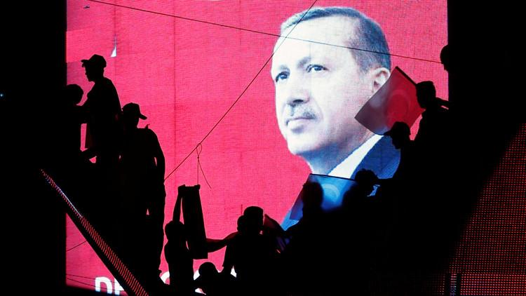 Simpatizantes del presidente Erdogan ante una gran pantalla con su imagen durante una manifestación progubernamental, 17 de julio de 2016.