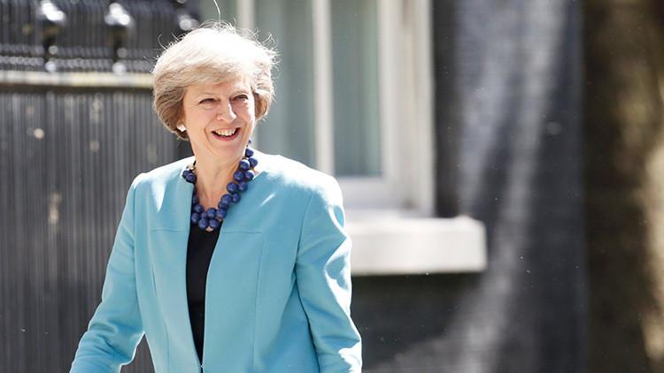 Theresa May autorizaría un ataque nuclear que causaría la exterminación de 100.000 inocentes