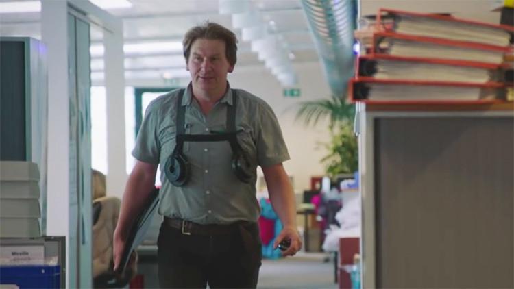 Unos trabajadores se ponen pechos grandes por un día para ver qué se siente (VIDEO)