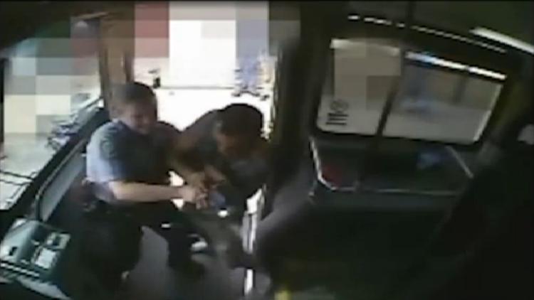 EE.UU.: La Policía abate a un hombre de comportamiento peligroso en un autobús (FUERTE VIDEO)