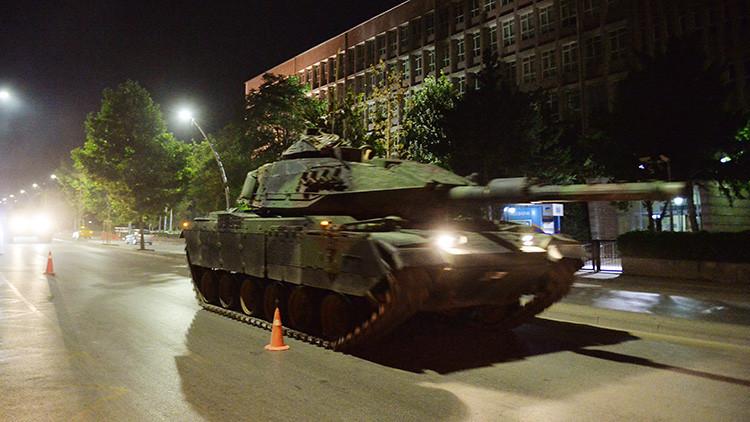 Turquía: Dos tanques golpistas pasan por encima del hombre que intentaba detenerlos (FUERTE VIDEO)