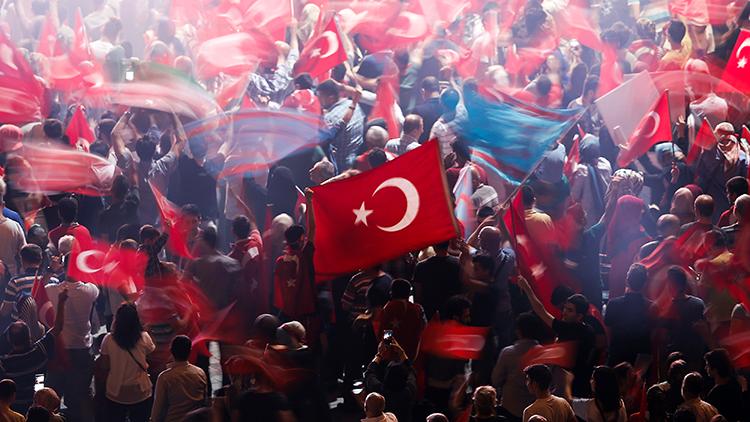 Turquía suspende a todos los fiscales y jueces militares del país
