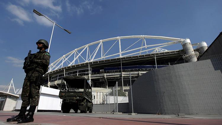 Un soldado brasileño frente al estadio olímpico en Rio de Janeiro