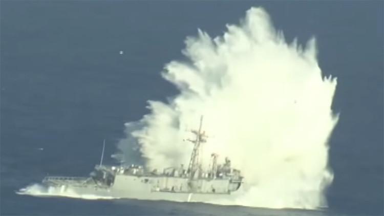 12 horas de humillación de la Armada de EE.UU.: vieja fragata 'no quiere' hundirse (Video)