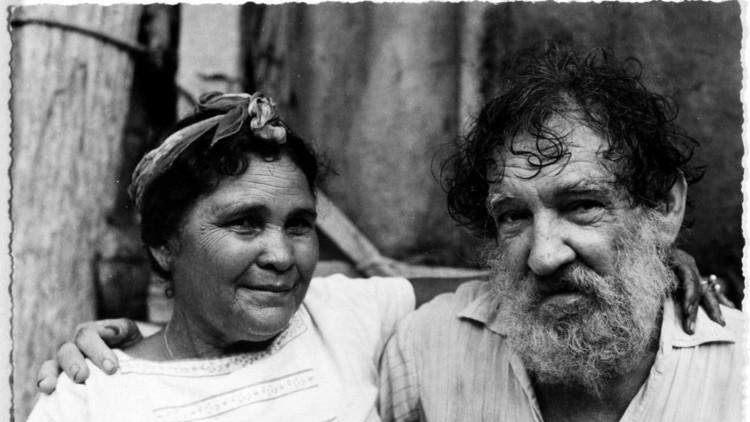 Juanita posa junto al artista Armando Reverón en El Castillete.