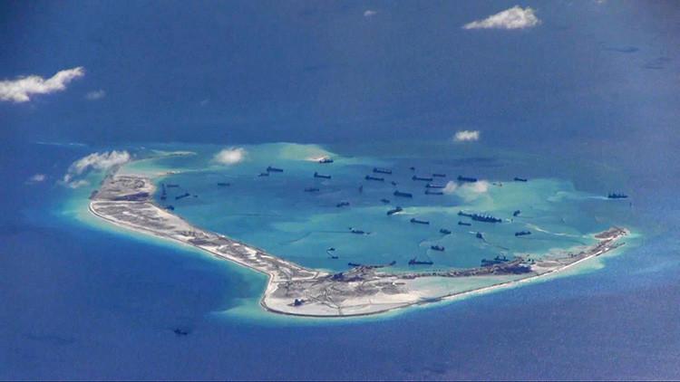 Buques dragadores chinos junto a una isla en disputa del mar de la China Meridional. Imagen tomada por un avión de vigilancia de EE.UU.