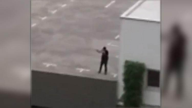 VIDEO: El atacante de Múnich grita en alemán y apunta su arma contra los transeúntes