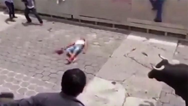 México: Terrible embestida de toro lanza a un joven por los aires (FUERTE VIDEO +18)