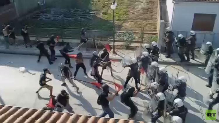 Policías son atacados por una marcha pro-refugiados en Grecia (VIDEO VIOLENTO)