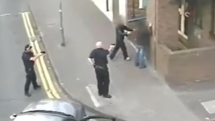 Un adolescente británico con una pistola de juguete se juega la vida ante dos policías (VIDEO)