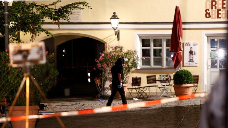 La Policía asegura el área del restaurante de la ciudad alemana de Ansbach donde fue perpetrado el ataque con bomba.
