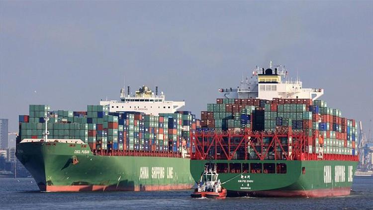 Un buque portacontenedores chino choca contra los muros del canal de Panamá
