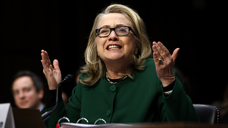 """""""Clinton distrae a los votantes del juego sucio de su partido con declaraciones sobre Rusia"""""""