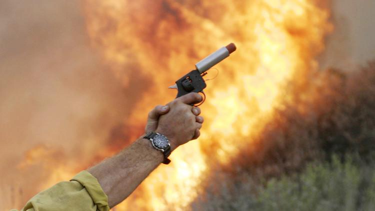 Soldados británicos incendian su barracón tras un duelo con pistolas de bengalas