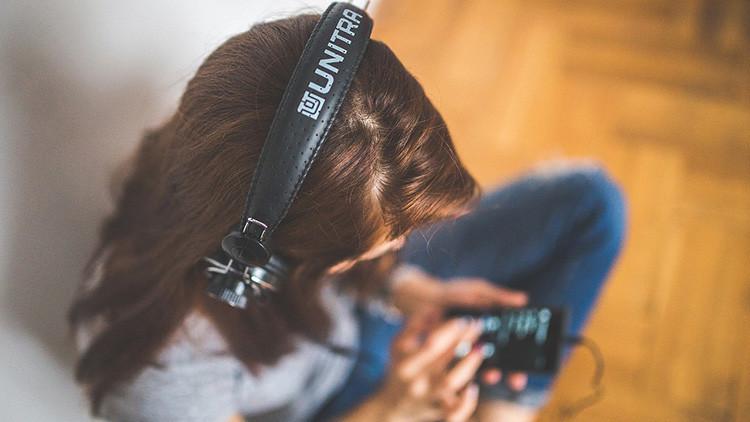 Eso es lo que pasa con tu cerebro cuando escuchas música en el trabajo