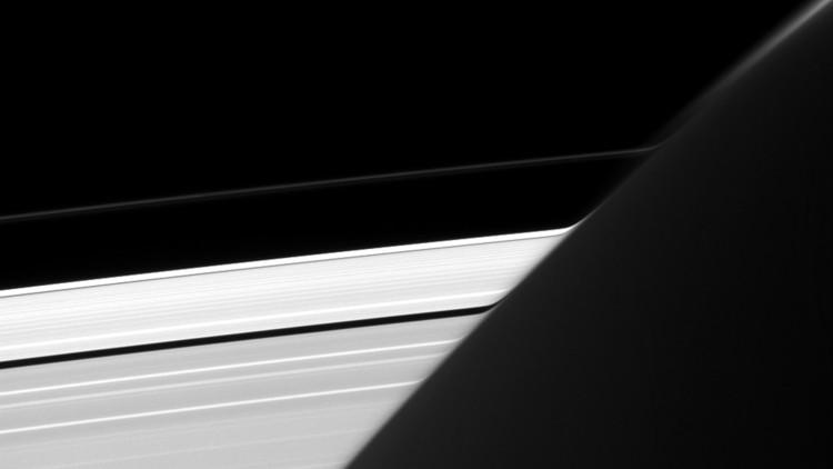 Detectan una extraña curvatura en los anillos de Saturno