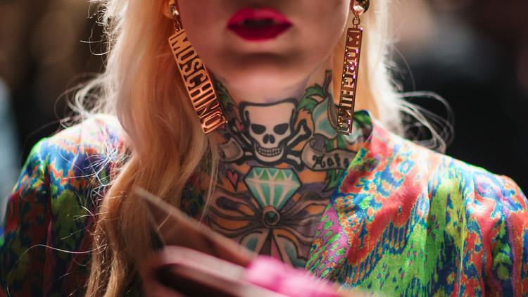 Una mujer tatuada posa durante la semana de la moda otoño/verano en Berlín. 20 de enero de 2015.