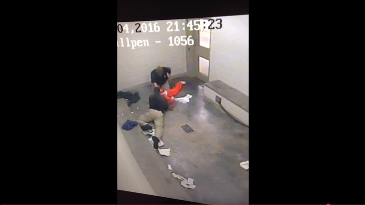 FUERTE VIDEO: Un guardia de una cárcel de EE.UU. estrangula a un preso afroamericano (18+)