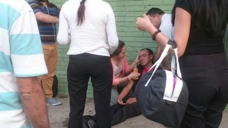 Un guardia de seguridad se desmaya de hambre frente a un supermercado en la capital de Paraguay