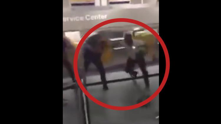 Video: Un hombre muestra sus dotes de boxeo ante 3 policías en el aeropuerto de Fráncfort