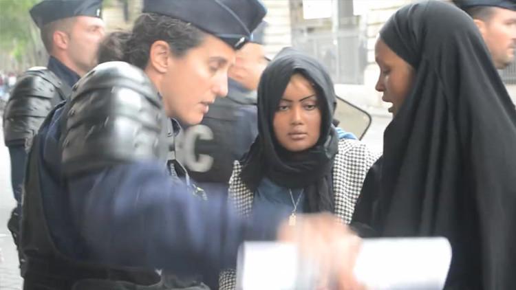 Video: Un policía francés golpea y se burla de una refugiada tras desmantelar su campamento
