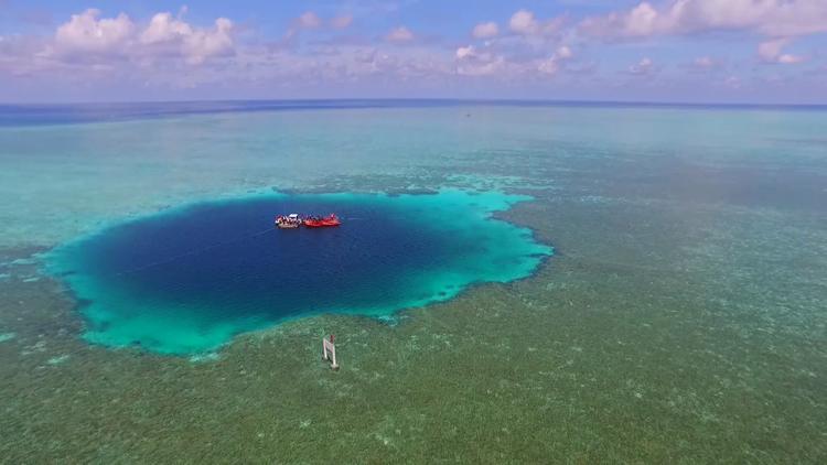 Video: Sobrevuele el agujero azul más profundo del mundo en el mar de la China Meridional