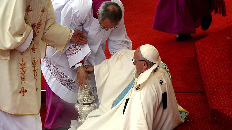 Video: El papa Francisco se cae durante una misa en Polonia