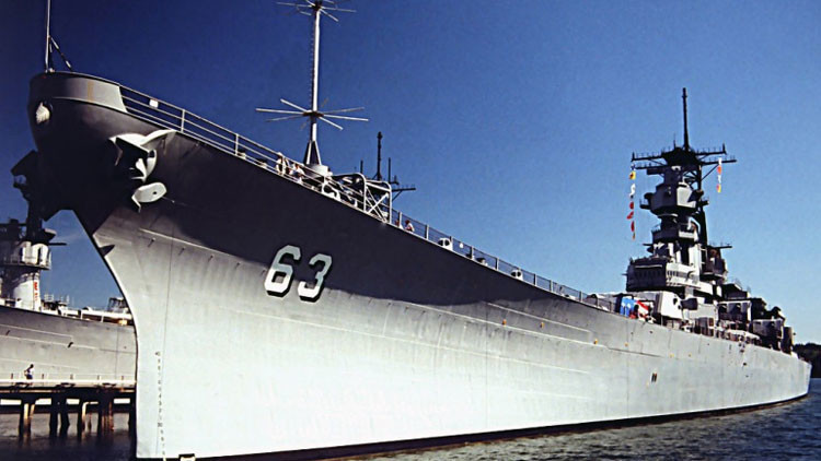 ¿Quién ganaría? Se enfrentan más avanzado destructor, el USS Zumwalt, y un acorazado de EE.UU.