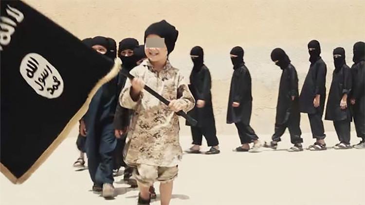 'Dulces, drogas y decapitaciones': La desgarradora vida de los niños soldado del Estado Islámico