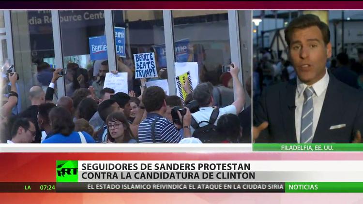 Decenas de manifestantes enmascarados protestan contra la candidatura de Clinton