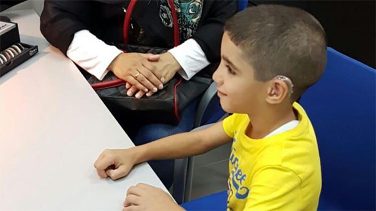 Dos niños refugiados sirios oyen por primera vez gracias a una asociación española