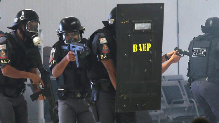 São Paulo: Un hombre armado toma rehenes en un restaurante