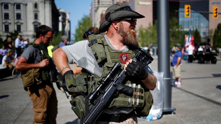 Un hombre porta abiertamente un fusil de asalto durante una convención en Cleveland, Ohio. 19 de julio de 2016.