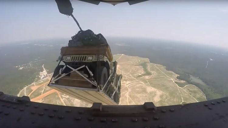 De película: La Fuerza Aérea de EE.UU. lanza 8 camionetas desde un avión (VIDEO)